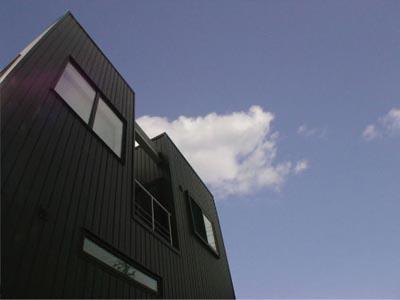 螺旋階段と吹抜けのある家